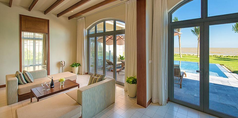 Phòng khách tại villa FLC Sầm Sơn hướng biển