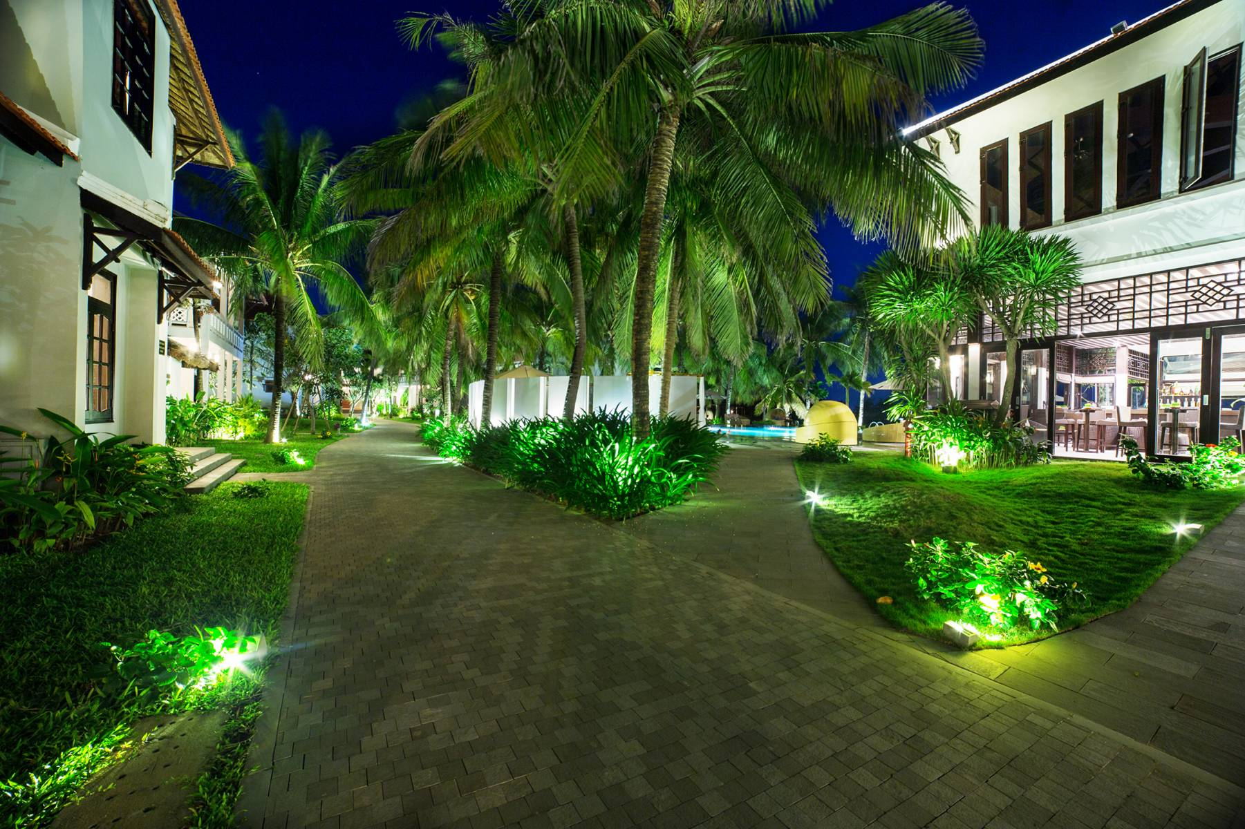 /files/images/HoianBeachResort/EGarden-at-night.jpg
